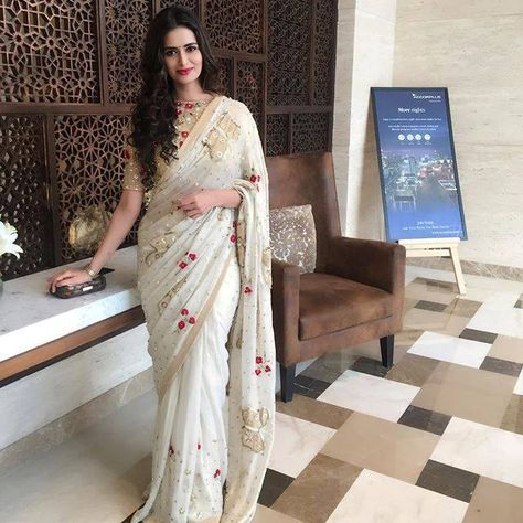 Stunning Meenakshi Dixit all set to head for the prestigious Marvellous Personality of India Awards 2017 in Lucknow. Beautiful Meenakshi Dixit in Pallavi Madeshia Yadav designed saree. 10 December 2017