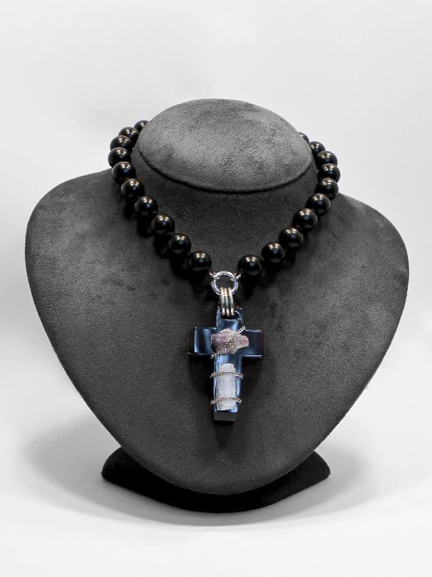 Croce Smoke. collana di agata nera con ciondolo croce in plexiglass fumo con applicazione di pietre naturali e argento 925/1000. go-ti gioielleria Corinaldo. #gioielli #croce #idee #gioiello #goti #gioielleria #jewels #plexiglass