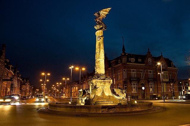 De drakenfontein op het stationsplein in 's-Hertogenbosch