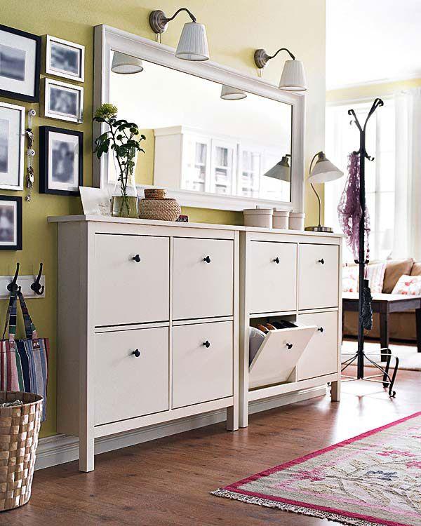 Прихожая с зелеными стенами и белой мебелью