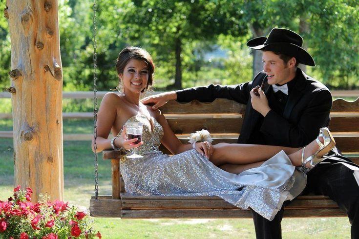 Prom Bild Pose paar Posen Kleid Haar Liebe glücklich Hut Cowboy Schaukel außer...
