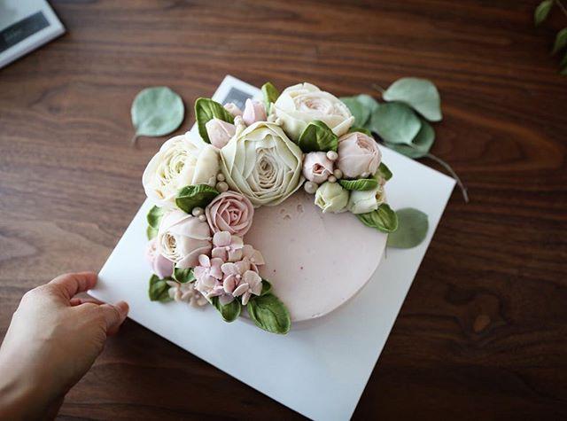 삼인삼색 그 중 세엣... 심화 마지막주.../ the last cake of the EEDO advanced course by individual design... #이도케익 #앙금플라워 #플라워케이크 #버터플라워케이크 #eedocake #flowercake #buttercreamflower #Koreanflowercake  #韓式唧花 #鮮花蛋糕 #kekbunga  #เค้กดอกไม้ #Englishrose #ranonculous #rose #hanoi #감성사진 #일상 #애스타그램 #아들바보 #맘스타그램 #취미생활 #떡클래스 #쿠킹클래스 #요가 #여행 #holiday #daily #dessert #웨딩케이크