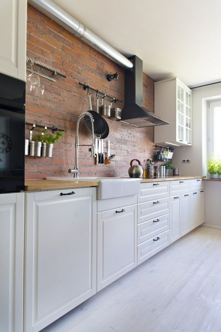 Białe szafki i czerwone cegły w kuchni - Lovingit.pl