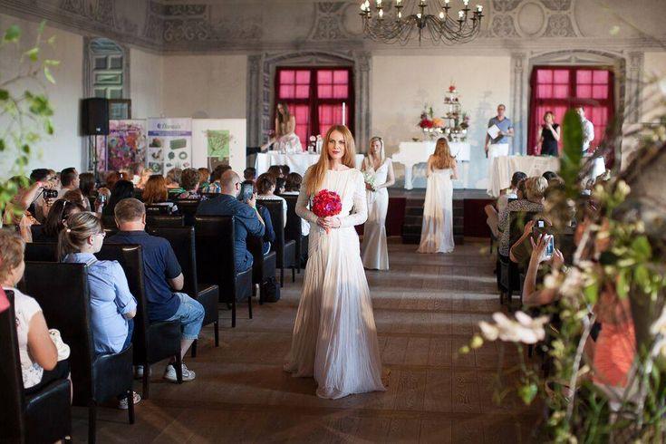 ROZKVITNUTÝ SOBÁŠNY PALÁC V BYTČI V Sobášnom paláci v Bytči sa 7.6.2015 konala krásna akcia, svadobná show, kde sme sa boli vzdelávať. Získali sme veľa nových informácií o svadobnej floristike, svadobných dekoráciách a výzdobách. Školili a prednášali špičkoví floristi zo Švajčiarska a Poľska.