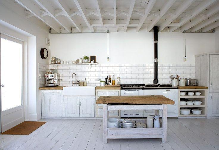 Cozinha rústica com madeira branca