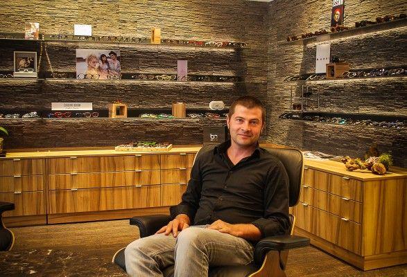 Aurèle, le créateur de la marque des lunettes en bois In'Bô.  Découvrez ses lunettes sur notre shop !