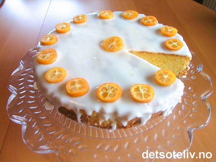 Dette er en svært saftig formkake med god smak av appelsin. Pynter du med kumquat i skiver blir kaken dekorativ å se på og appelsinsmaken enda mer fremtredende.