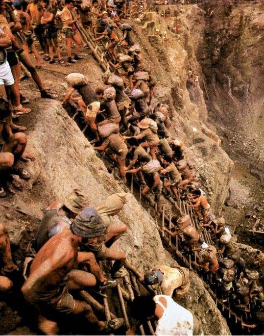 Serra Pelada, Brasil Amazonia Um dos maiores garimpos do mundo ocorrido desde o fim  década de 70 e terminou somente em 1992 Seu auge foi entre os anos de 1980 á 1987