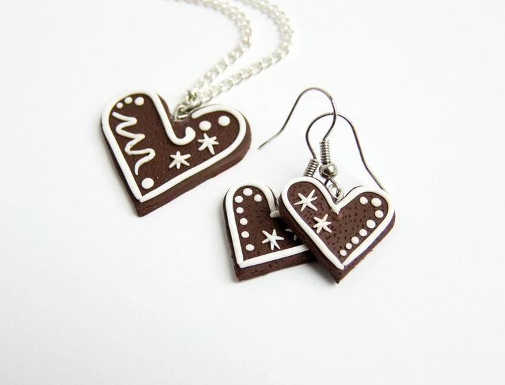Perníkový náhrdelník Náhrdelník v podobě perníkového srdíčka, typického cukroví, ručně vyrobeného z fimo hmoty. K dodání na postříbřeném řetízku. V obchůdku také náušnice.