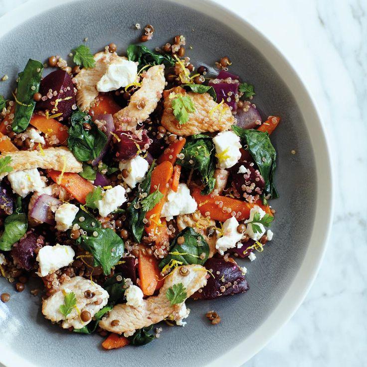 Préchauffer le four a 180 °C (th. 6). Prévoir une plaque. Préparer d'abord les légumes. Peler les carottes, les couper en deux dans la longueur, puis en quartiers, en retirant le cœur dur. Éplucher les oignons et les couper en morceaux. Peler les betteraves, les couper en quartiers, puis recouper ceux-ci en deux. Étaler les legumes sur la plaque et les enrober d'huile. Les faire rôtir 50 à 60 minutes, jusqu'a ce qu'ils soient tendres. Faire bouillir une casserole d'eau avec le sel. Ajouter…