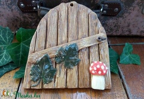 Ajtó gombával, borostyánlevelekkel