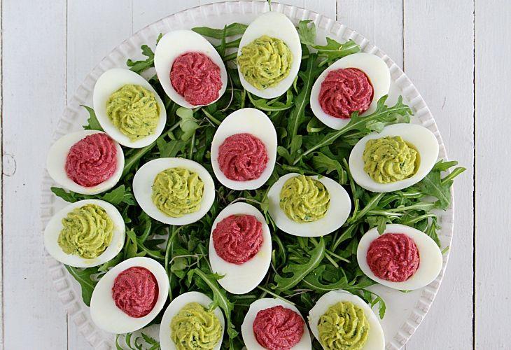 Jajka faszerowane na zielono i różowo - Przepis - Fooder.pl - Twoje wszystkie ulubione przepisy w jednym miejscu!