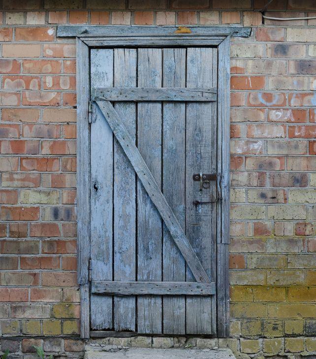 Фотография старой деревянной двери окрашенной голубой краской