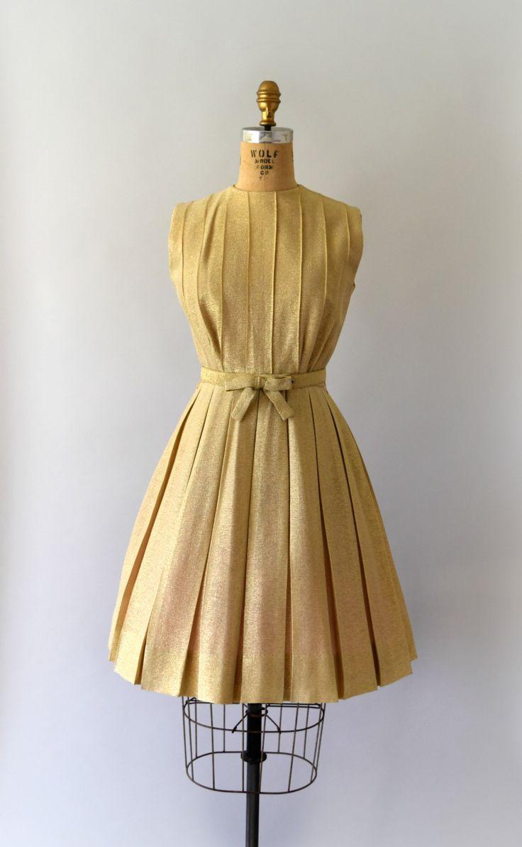 Vintage 1960s partij jurk, gold lamé lichaam beschikt over een pin-tuck bodice, tank stijl schouders, voorzien van taille met originele gordel, volledige vak-geplooid rok, vastmaakt aan de achterkant met overdekte knoppen en een verdekte metalen rits  ---M E EEN S U R E M E N T S---  Pasvorm/grootte: kleine  Bust: 34 Taille: 25 Hip: gratis Lengte: 37  Maker/merk: geen gevonden Voorwaarde: uitstekend  - - - - - - - - - - - - - - - - - - - - - - - - - -  Instagram: sweetbeefinds Face...