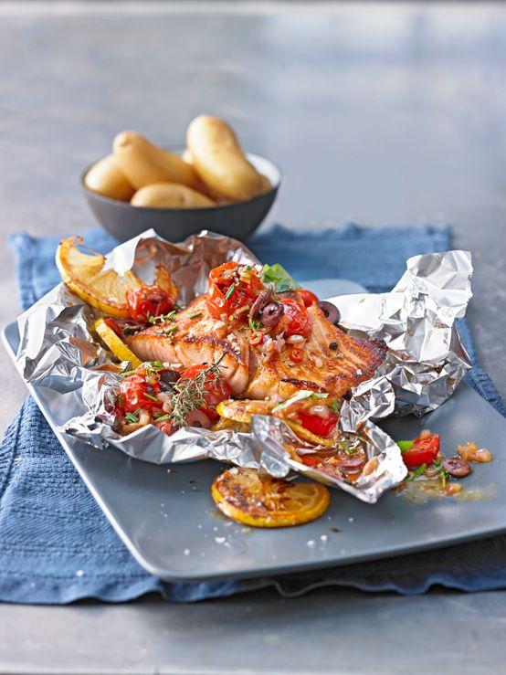 Lachsfilet in der Folie gegart mit Tomaten und Zwiebeln