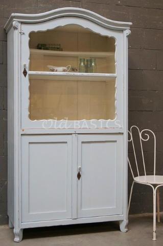Prachtige ijs-blauwe kleur! Mooie oude brocante vitrinekast en gaaf ijzeren stoeltje! Van www.old-basics.nl