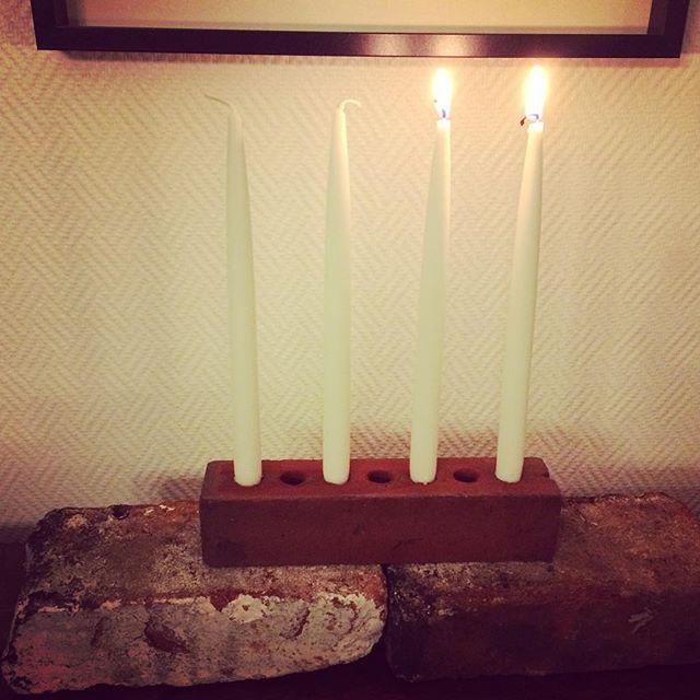 Kaksi kynttilää jalustalla. Asioilla pitää olla tarina, niin tässäkin. Tiilet on pelastettu kellarin puretusta saunan seinästä ja nyt ne ovat uuden vastuun kantajina. #adventti #kynttilät #decoration #deco #sisustus #inspiraatio