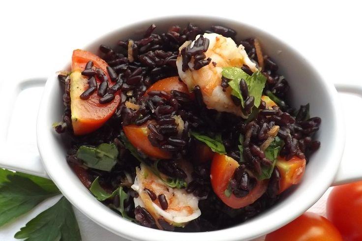 L'insalata fredda di riso venere con gamberi e pomodorini è un piatto fresco e leggere, ottimo per l'estate o per dei pranzi fuori casa. Ecco la ricetta