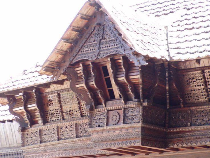 Padmanabhapuram palace is the original home of the kings of Travancore who ruled central and south Kerala. Though this palace complex is located in Tamil Nadu, it is the epitome of traditional Kerala architecture.