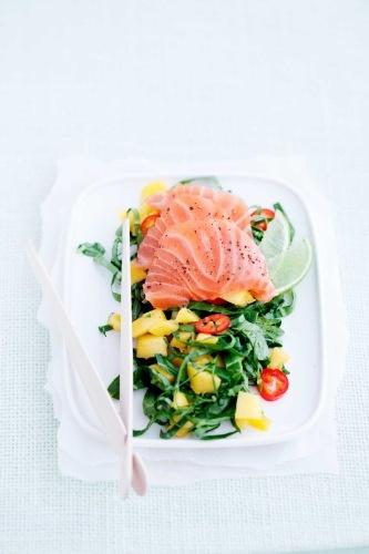 salat m sashimi og mango