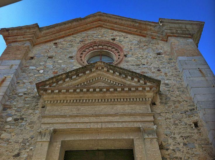 Chiesa di S. #Antonio ad #Azzate (Va), costruita nel 1300 con portale e facciata rifatti nel 1525 a moduli rinascimentali, ora sconsacrata.