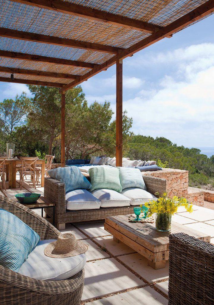 Идеальное пространство на террасе для спокойного и расслабленного летнего отдыха.  (средиземноморский,архитектура,дизайн,экстерьер,интерьер,дизайн интерьера,мебель,на открытом воздухе,патио,балкон,терраса) .