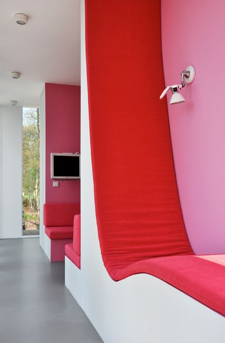 Merry-Go-Round by Ira Koers – The rooms are replaced by eight open alcoves in which furniture, colour, light, material, lines of sight and views of the outdoor surroundings are bundled into one compact, fixed interior.