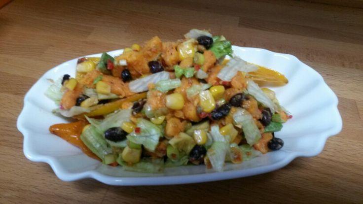 Sweet potato salad - 3 zoete aardappelen, 1 avocado, 1 limoen, 3 bosui, 1 rode peper, 1 blikje zwarte bonen, 1 blikje mais, 2 el koriander, olijfolie, zout, peper, sla