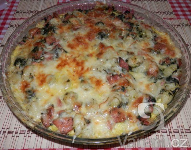 Gnocchi zapečené se špenátem, uzeninou, sýrem a smetanou. Recept na zdravé a rychlé jídlo.