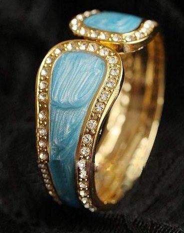 "Blue Retro Cuff Bracelet with Silver Stones Product ID               : B0011 Main Colour             : Blue Available Colours      : Blue Price                       : CAD 12.90 Style                       : Cuff Bracelet Metal           : Zinc Aloy Main Stone              : Alloy Diamond Bracelet Length        : 8"""