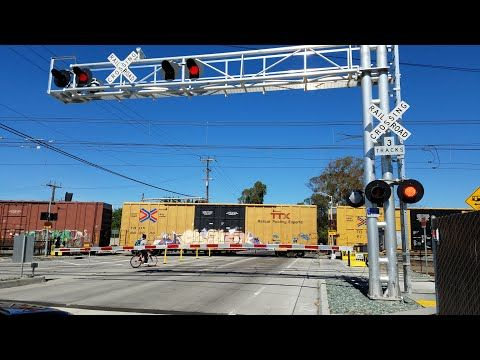 Meadowview Road Railroad Crossing, BNSF 6693 Manifest Northbound and Light Rail, Sacramento CA - YouTube