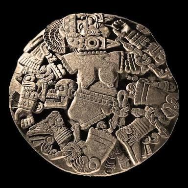 """Monolito de Coyolxauhqui  - """"La que se ornamenta las mejillas con cascabeles"""", es el significado en español del nombre de la Coyolxauhqui, pieza escultórica emblemática de la cultura mexica, que fue descubierta el 21 de febrero de 1978 en el corazón del Centro Histórico de la Ciudad de México. La deidad, relacionada con la luna, es una de las pocas esculturas tenochcas que muestran la desnudez femenina.    En el monolito hallado hace 37 años, la deidad aparece desnuda y desmembrada, porque…"""