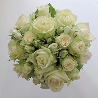 Rund brudbukett med vita rosor - Wedding bouquet with white roses