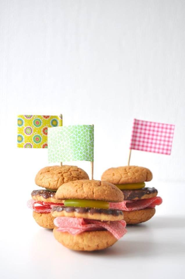Traktatie broodje 'hamburger': bitterkoekjes, klein chocoladekoekje, zure matjes, groen snoepgoed