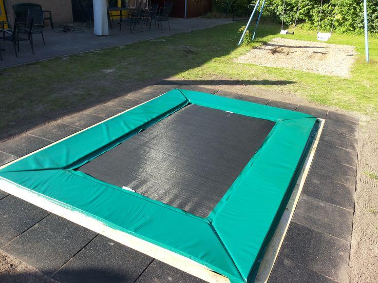 Deze trampoline is geïnstalleerd in Baarn. Inclusief veiligheidstegels.
