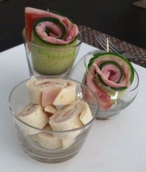 Heerlijk amuse-receptje: komkommerrolletjes met ham! Snel en simpel: 1. Schaaf met een kaasschaaf in de lengte 6 dunne plakken met een groen randje van de komkommer. 2. Snijd de gekookte ham in repen en beleg hiermee de plakken komkommer. 3. Bestrijk de ham dun met honing-tijmsaus en beleg met de rauwe ham die op de gewenste breedte wordt dubbel gevouwen. 4. Rol de plakken komkommer op en zet ze met een houten prikker vast.