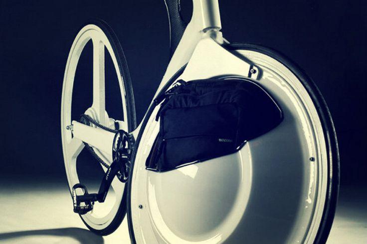 E' originale e non passa inosservato il progetto per un corso dedicato al design della bicicletta http://tuttacronaca.wordpress.com/2013/11/11/la-bici-che-dice-addio-al-cestino-si-ripone-tutto-nella-ruota/