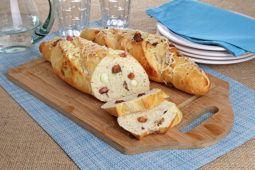 Aprenda uma sensacional receita de Pão de parmesão com linguiça, muito fácil de fazer e saborosa. Toda a família vai adorar. Experimente!