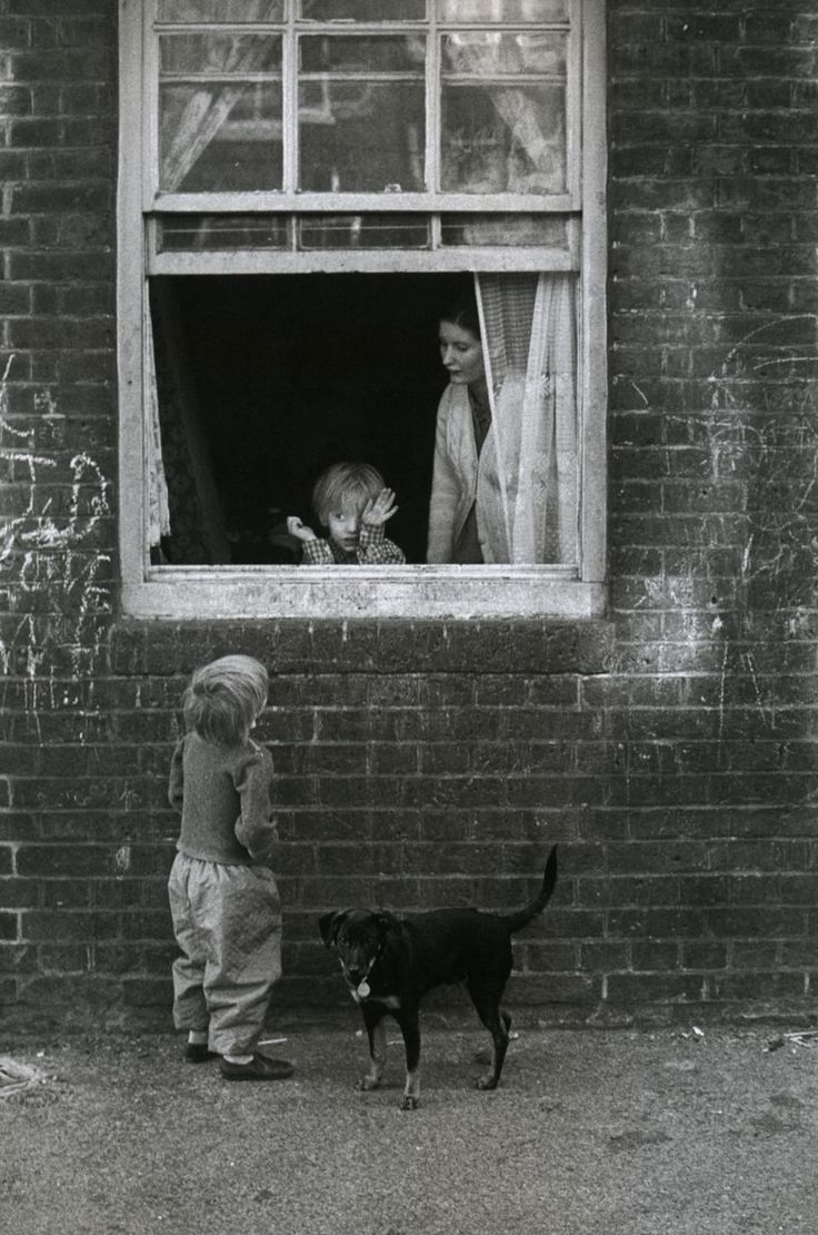Eve Arnold - Can Johnny come out to play? - London, 1972. °