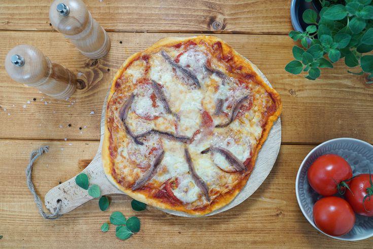 Die Lieblingspizza der Schauspielerin Sophia Loren: Traditionell mit Tomaten, Sardellen und italienischem Provolone-Käse belegt. Jetzt italienisch kochen!