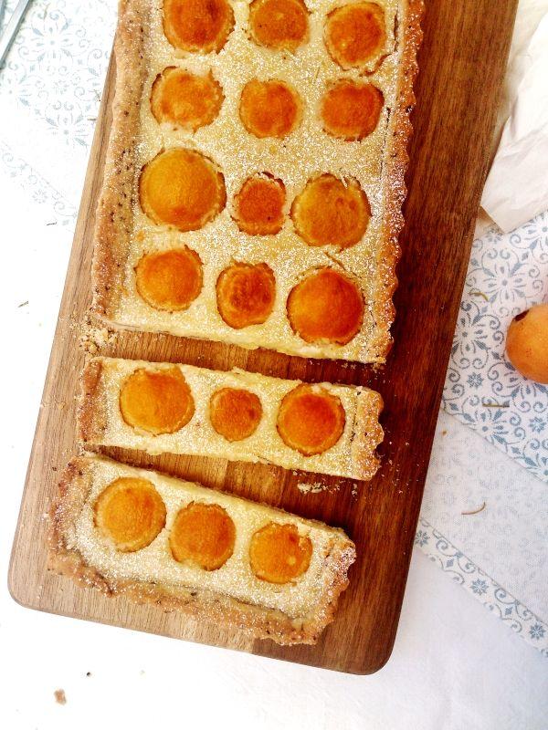 Tarte végétale aux nèfles du Japon, amande et romarin (possibilité d'utiliser des abricots)