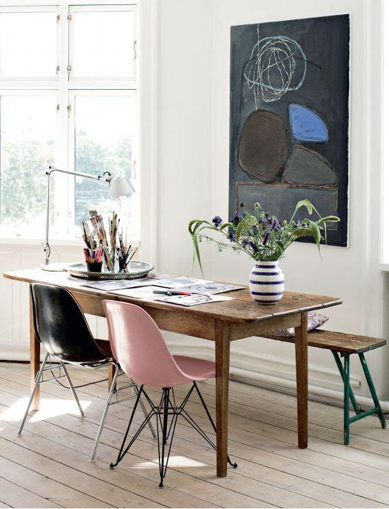 Chaises Eames dépareillées avec un banc en bois look rétro
