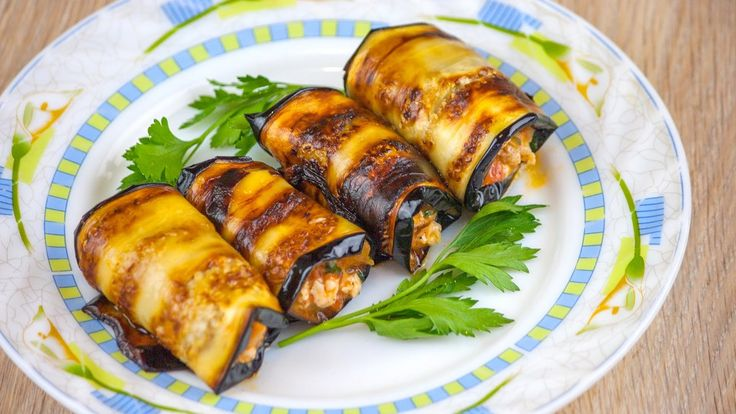 """Рулетики из баклажанов с соусом болоньезе https://www.youtube.com/watch?v=UJo2CKJkpIU Ну, очень вкусные рулетики из баклажанов, фаршированные совершенно потрясающим соусом """"Болоньезе"""", приготовленным из курицы с луком и помидорами, плюс немног... #рецепт #кухня #вкусно #wowfood #wowfoodclub"""