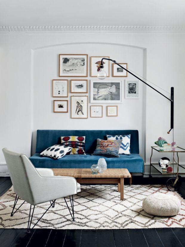 I hjertet af Vesterbro i København bor modedesigneren Heidi Hofmann, som har inviteret os indenfor til et kig i hendes smukke hjem. Stilen er kosmopolitisk, tydeligt påvirker af mange rejser og en vennekreds med mange kunstnere. Til sammen skaber det et hjem, fyldt med personlige fortællinger.