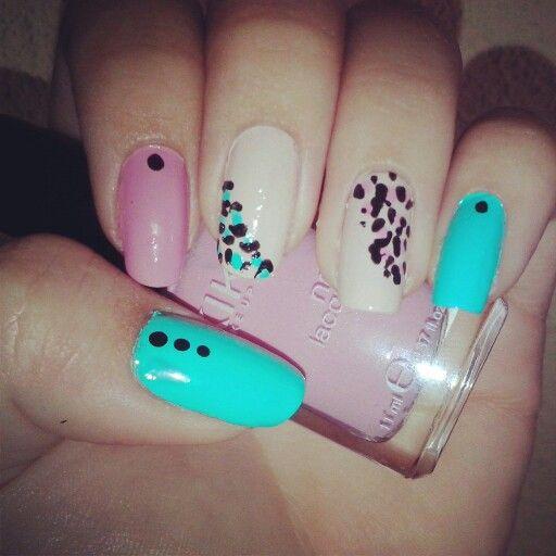 Decoración de uñas de leopardo.