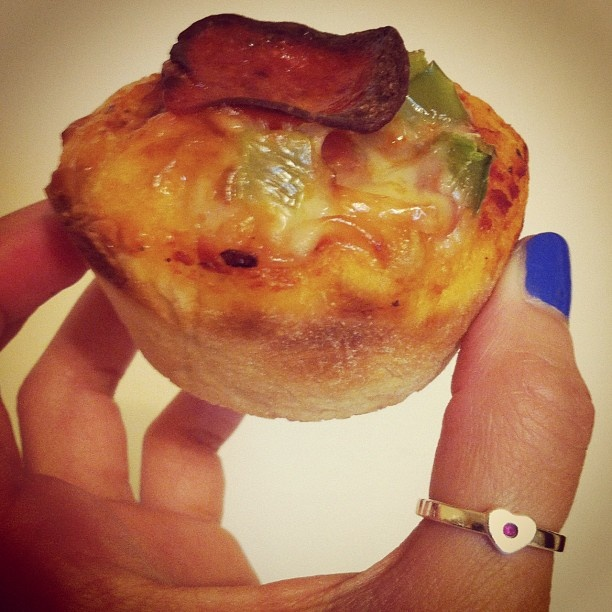 Pizza Cupcake with cheese, olives, green peppers & pepperoni! So good: Pizza Cupcakes, Cupcakes Rosa-Choqu