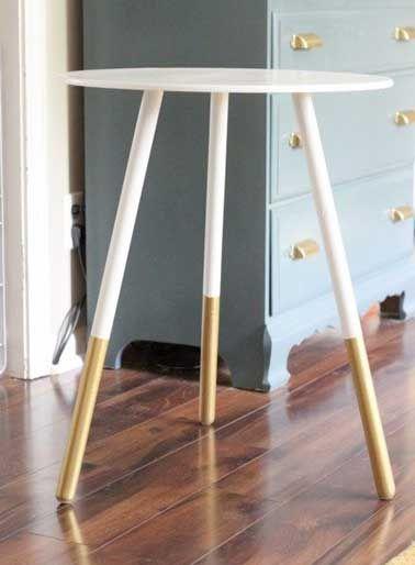 Repeindre une petite table avec peinture couleur or et blanc
