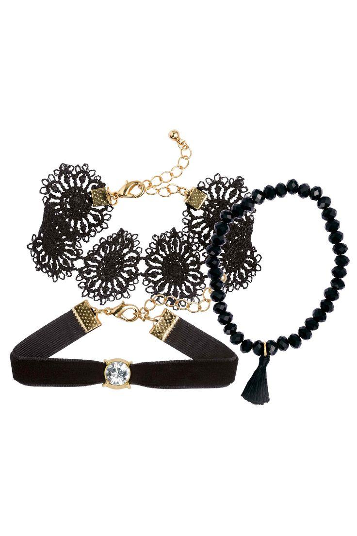 Set van 3 armbanden: Armbanden in verschillende uitvoeringen. Eén elastische armband met facetgeslepen kunststof kralen en een kwastje, één kanten armband en één fluwelen armband met een hanger met een strassteen. Lengte kanten armband 17-21 cm. Lengte fluwelen armband 16-20 cm.