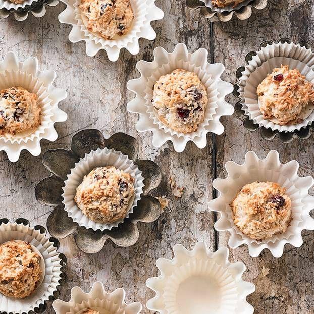 Mehl braucht ihr für dieses Rezept nicht – die Eiweiß-Kokos-Mischung hält alles zusammen. Für den Geschmack sorgen getrocknete Kirschen und Kokosflocken.