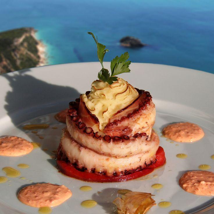 O chefe Tiger traz-lhe uma sugestão de polvo com molho de pimento vermelho. Ideal para um final de dia na praia. http://expresso.sapo.pt/multimedia/infografia/infografia_chef_tiger/polvo-com-molho-de-pimento-vermelho=f867963